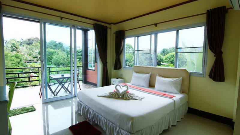 Khao Sok Country Resort has their own restaurant and comfortable rooms with mountain views and air-conditioned rooms with FREE WiFi